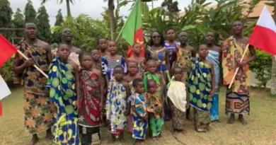 Dzieci z Kamerunu śpiewają legionowe pieśni z okazji rocznicy Bitwy Warszawskiej (WIDEO)